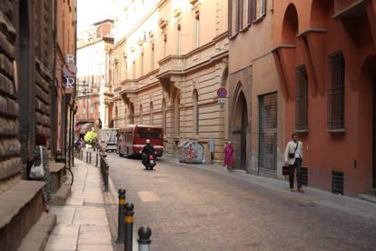 Bologna la scritta sul muro di casa qui vive un nero - Casa continua bologna ...
